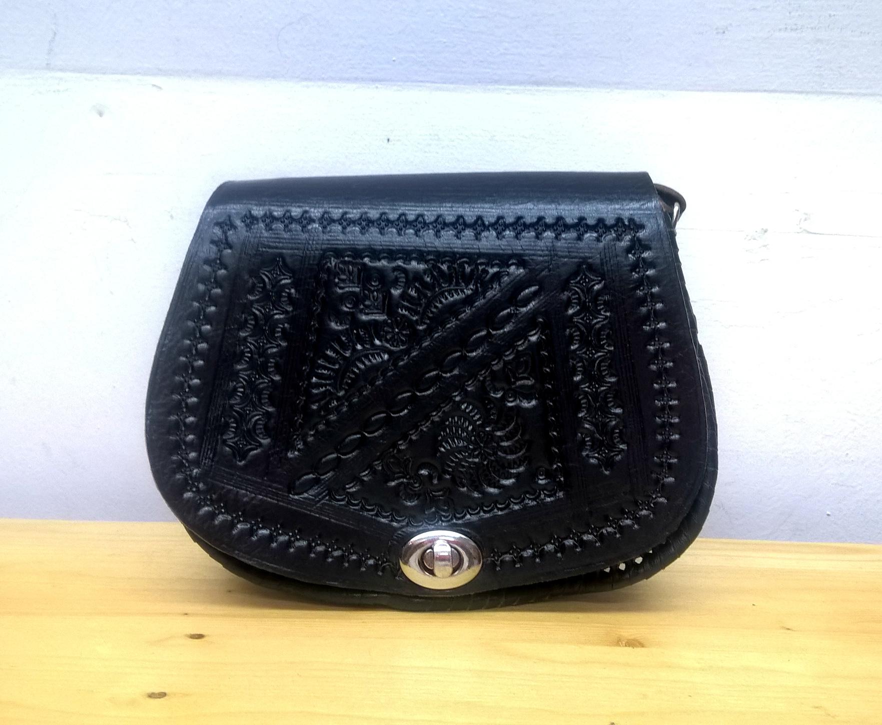74e2d85c0cce Милая маленькая сумочка, украшенная гравировкой и резьбой по коже. Внутри -  одно отделение и кармашек на молнии. Внешние размеры сумочки: высота 15 см,  ...